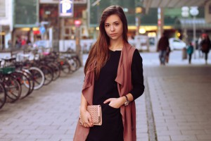Blogpost Fashion Sytle Lookbook golden Clutch