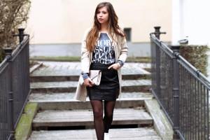 schwarzer Lederrock Street-Style bedruckter Pulli Trenchcoat Modebloggerin München