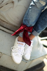 Adidas coneo QT Schuhe shoes white Sneaker rotes Bandana Boyfriend Jeans blue jeans Outfit