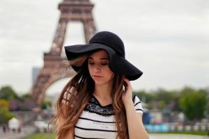 Paris Fashion Outfit blogger schwarz weiß gestreiftes Shirt Spitze