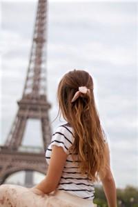 Paris Fashion Trend 2017 sheer skirt Schleifen Haargummi gestreiftes Oberteil