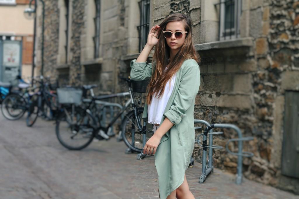 weißer cardigan trenchcoat stylen allwhitelook fashion style mode