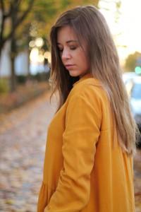Senfgelbes Oberteil Wie kombiniere ich senflgelbes Kleidungsstück Overknees Outfit Lookbook blogger Fashion Style München Augsburg Herbsttrend 2017
