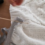 Strickpullover mit Band Schnürung blogger DIY Fashion Upcycling Kordel Herbst Trend