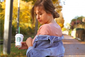 JeansJacke kombinieren oversize ripped Outfitpost Lookbook Blogger Style München Starbucks