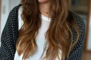 weiße Bluse Kette Schmuck Accessoires wellige Haare Hairstyle braune Haare