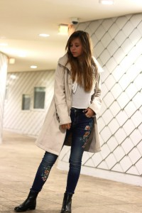 Blumendruck Patches und print jeans Trenchcoat weiße Bluse steve madden chelsea boots blogger fashion trend 2017