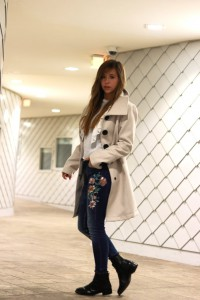 Blumendruck Patches und print jeans Trenchcoat weiße Bluse steve madden chelsea boots blogger fashion