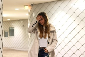 Blumendruck Patches und print jeans Trenchcoat weiße Bluse steve madden chelsea boots blogger fashion portrait
