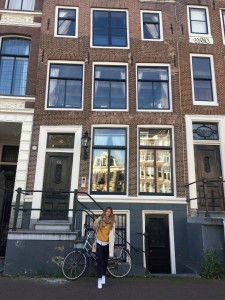 Reiseoutfit für einen Städtetrip Amsterdam Layering mit Hemd und Pullover Sightseeing travel blogger fashion