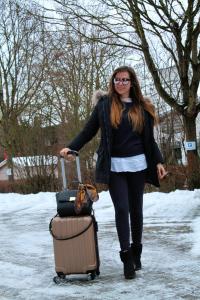 bequemes Reiseoutfit für Kurztrip weißes Hemd unter strickpullover kombinieren damen Styling tipps mode blog outfit