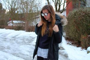 bequemes Reiseoutfit für Kurztrip weißes Hemd unter strickpullover kombinieren damen Styling tipps mode blog