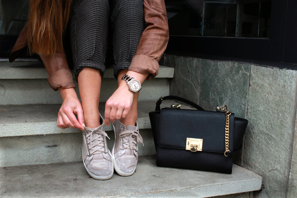 Schuhe Calvin Klein Handtasche schwarz leder style fashionblogger Lederjacke streetstyle Uhr M&M Details Detailshooting