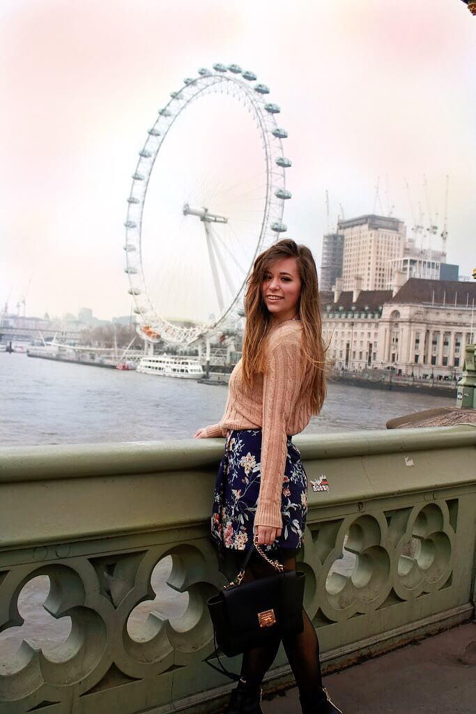 Blumenkleid Sommerkleid fashion blogger münchen augsburg lifestyle ootd lookbook modeblog Blümchenkleid kombinieren Styling Tipps Boots Strumpfhose blogger aus Deutschland Kleid mit Pullover