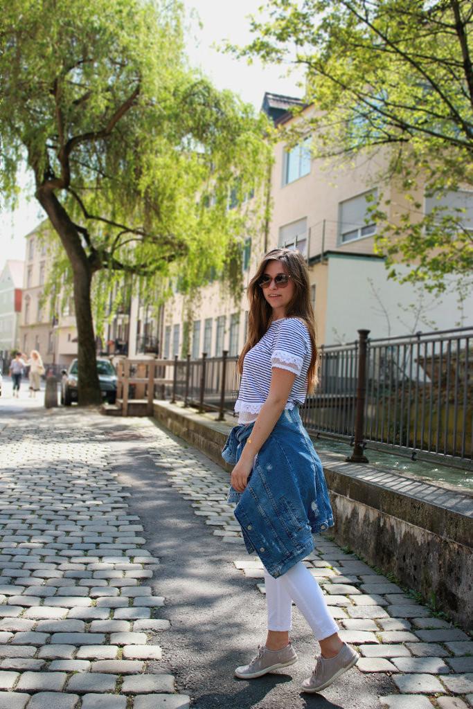 maritimer Look marine stil style gestreift streifen weiß navy shirt jeansjacke weiße hose outfit lookbook blogger deutschland