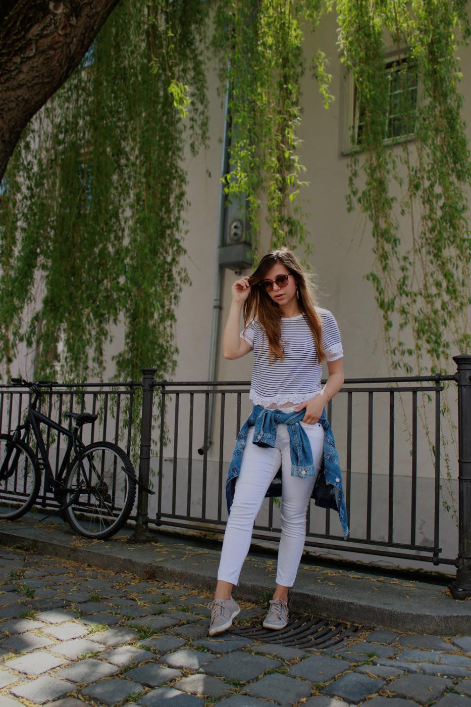Maritimer Stil- Outfit mit weißer Hose & Streifen Shirt