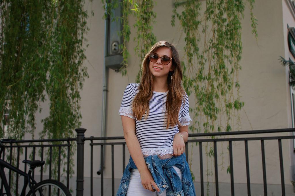 maritimer Look marine stil style gestreift streifen weiß navy shirt jeansjacke weiße hose outfit lookbook blogger deutschland sonnenbrille jimmy choo