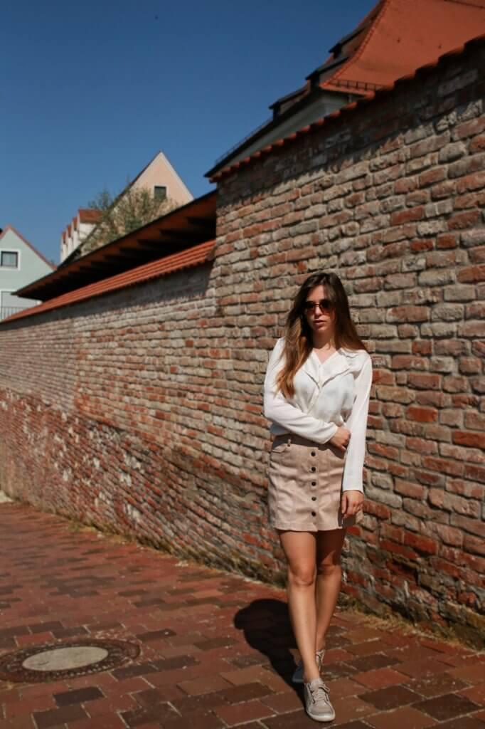 beiger kurzer Rock mit Knopfleiste kombinieren brauner rock cremefarbene bluse blogger styling tipps mode blog fashion blog deutschland bavaria münchen style outfit trend ootd