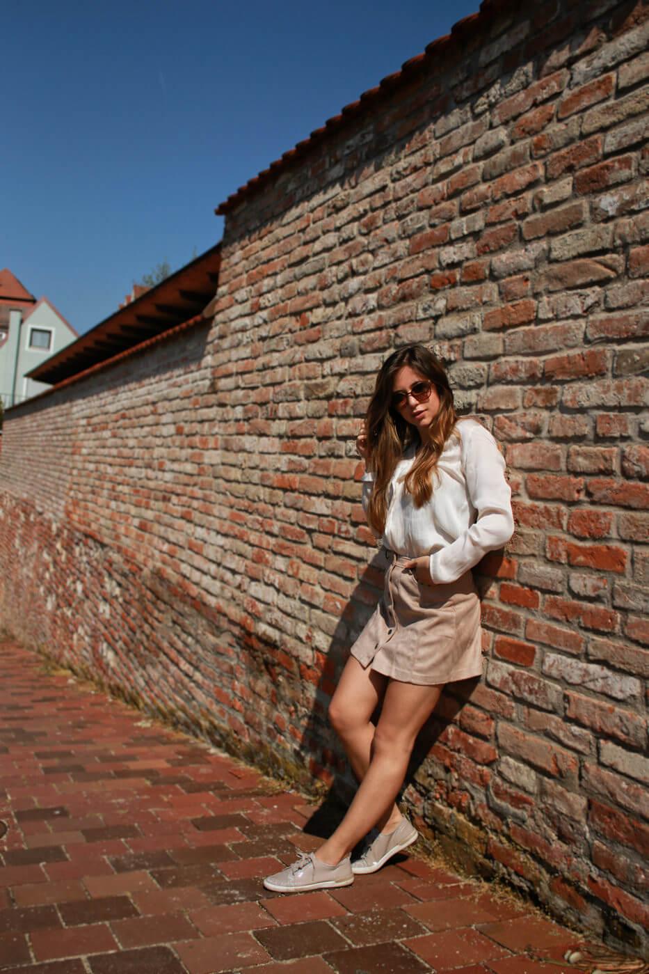 beiger kurzer Rock mit Knopfleiste kombinieren brauner rock cremefarbene bluse blogger styling tipps mode blog fashion blog deutschland bavaria münchen style trend 2018