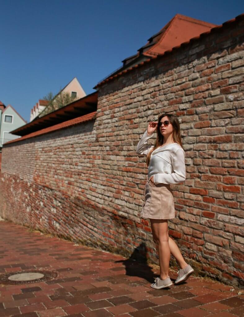 beiger kurzer Rock mit Knopfleiste kombinieren brauner rock cremefarbene bluse blogger styling tipps mode blog fashion blog deutschland bavaria münchen style outfit of the day ootd