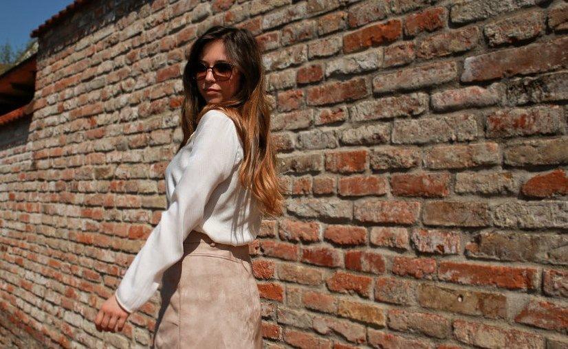beiger kurzer Rock mit Knopfleiste kombinieren brauner rock cremefarbene bluse blogger styling tipps mode blog fashion blog deutschland bavaria münchen style