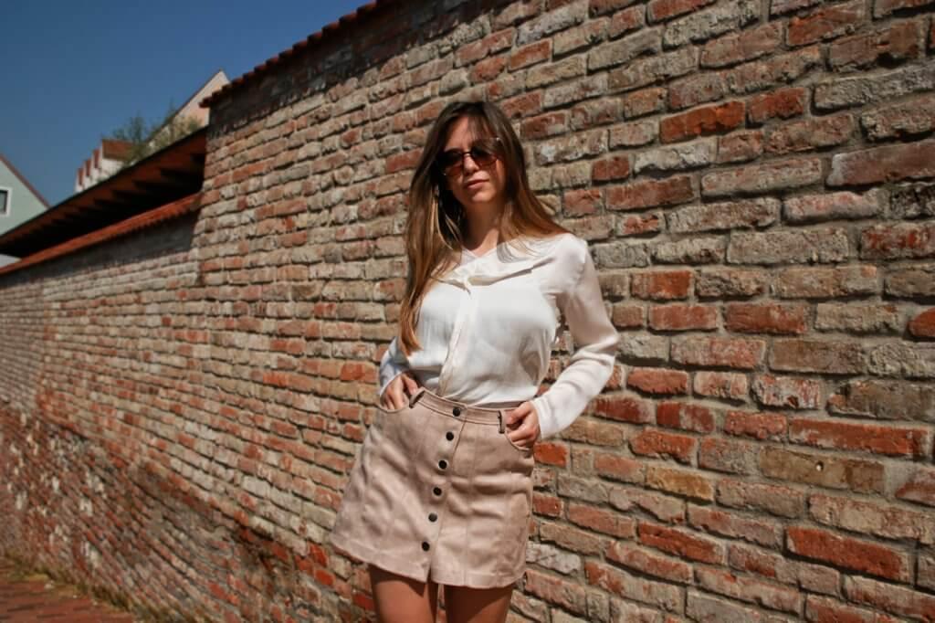 beiger kurzer Rock mit Knopfleiste kombinieren brauner rock cremefarbene bluse blogger styling tipps mode blog fashion blog deutschland bavaria münchen style Outfit