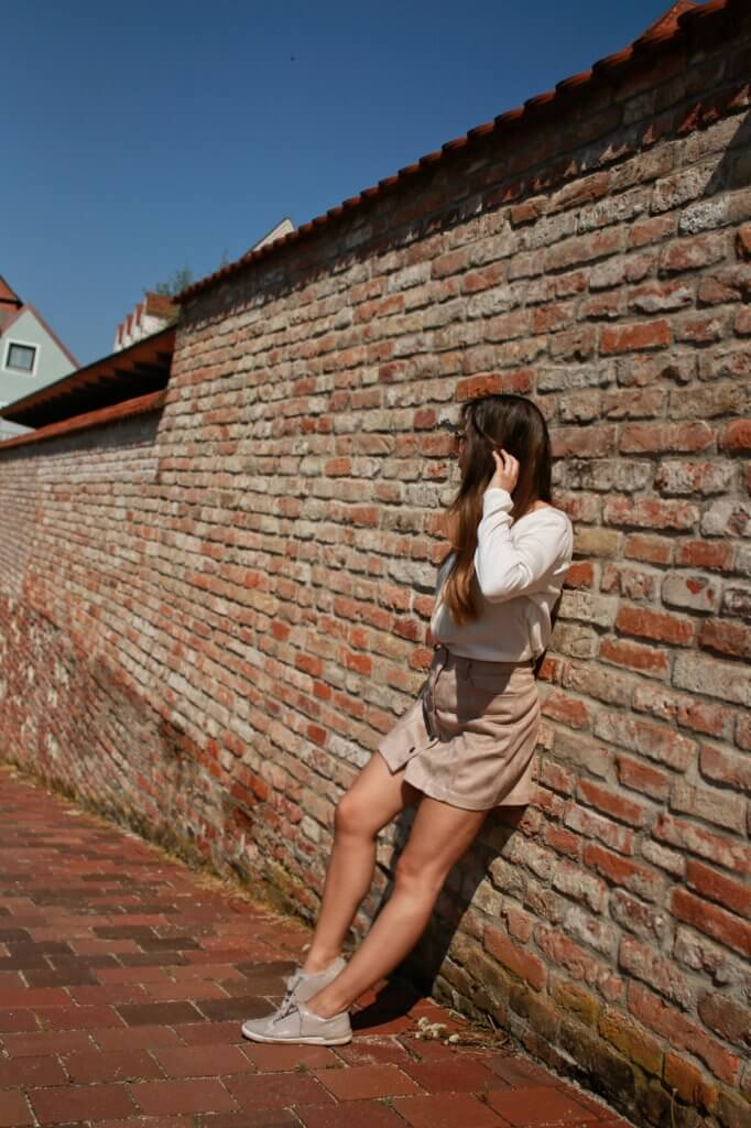 beiger kurzer Rock mit Knopfleiste kombinieren brauner rock cremefarbene bluse blogger styling tipps mode blog fashion blog deutschland bavaria münchen