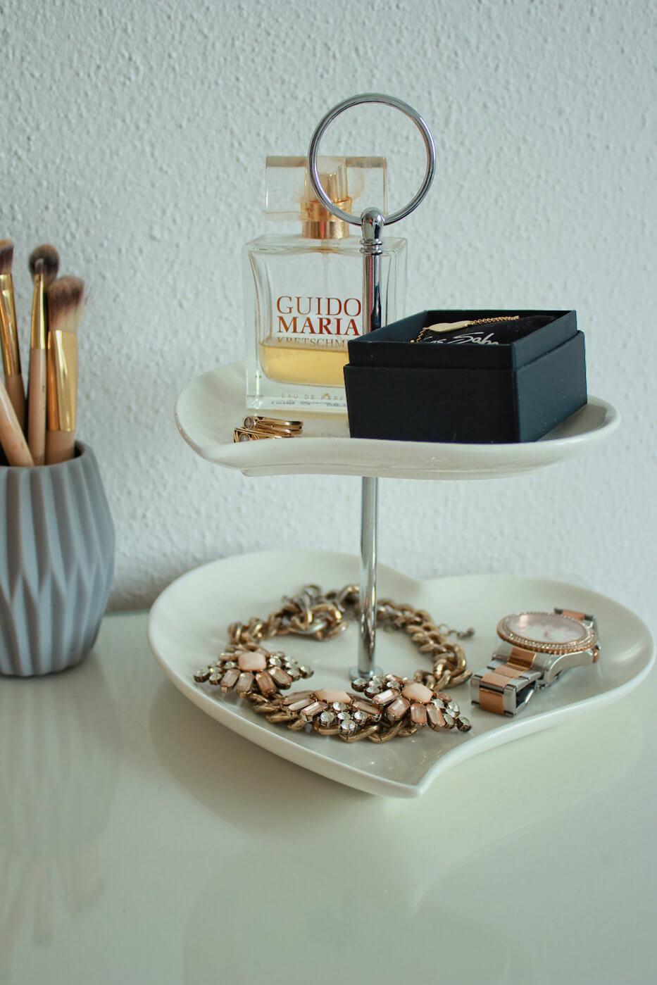 Schmuckaufbewahrung Ketten Ohrringe DIY doityourself blogger tipps accessoires etagere Schminktisch Upcycling Herzetagere weiß gold