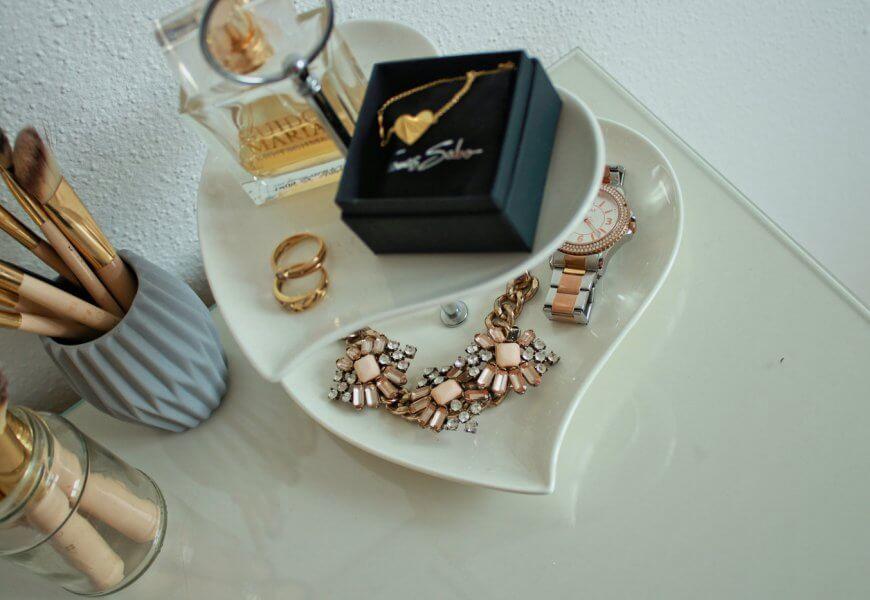 Schmuckaufbewahrung Ketten Ohrringe DIY doityourself blogger tipps accessoires etagere Schminktisch Upcycling Uhr