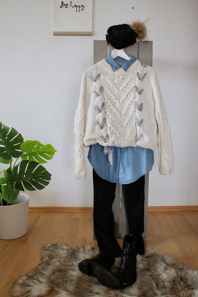 Lederhose, Jeanshemd unter weißem Strickpullover