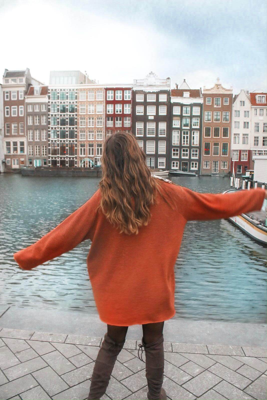 Outfit Inspiration – Bluse mit Scarf Print Pulloverkleid und Overknees