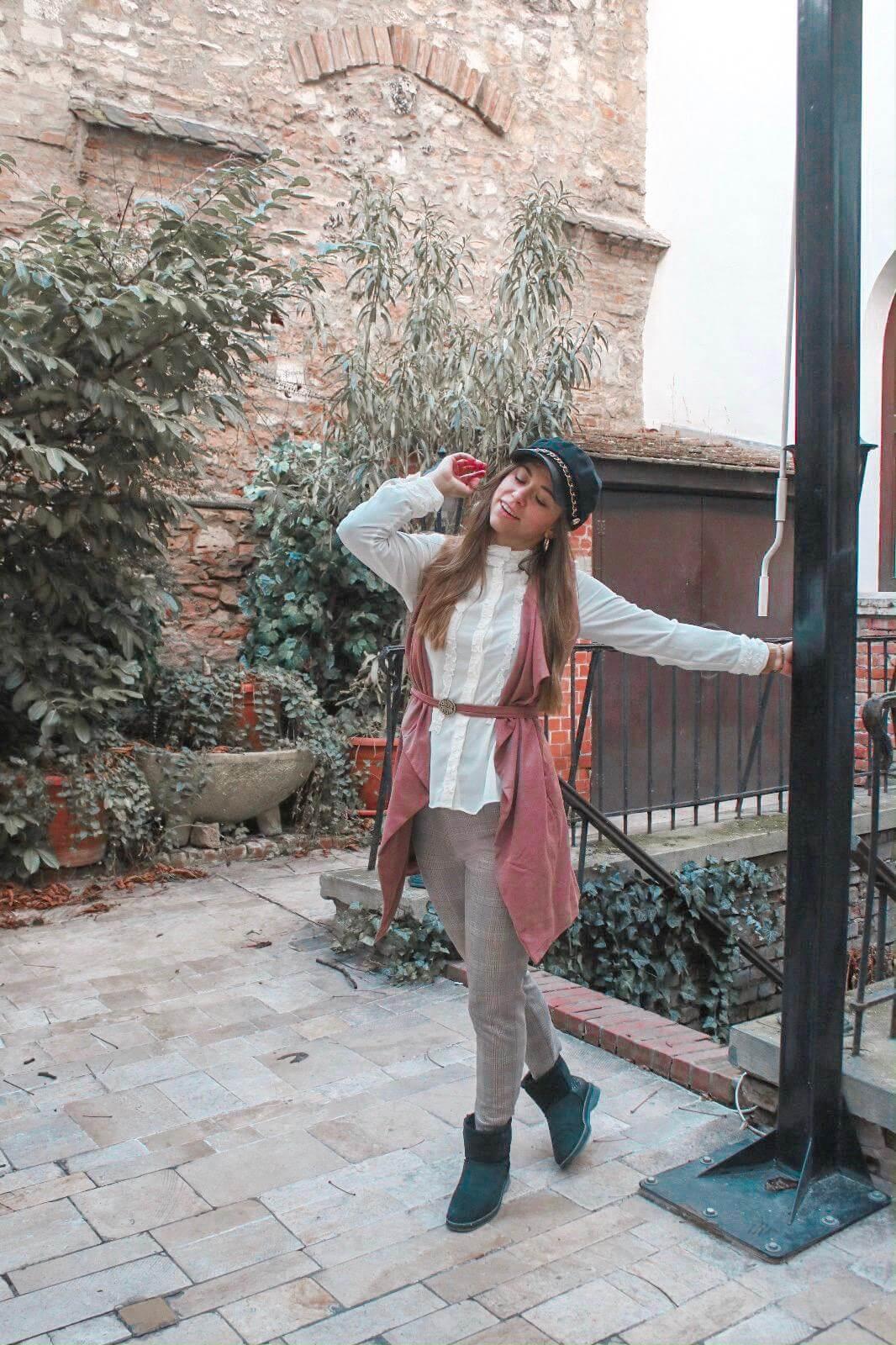 Outfit mit ärmelloser Weste, karierte Hose und Barockbluse