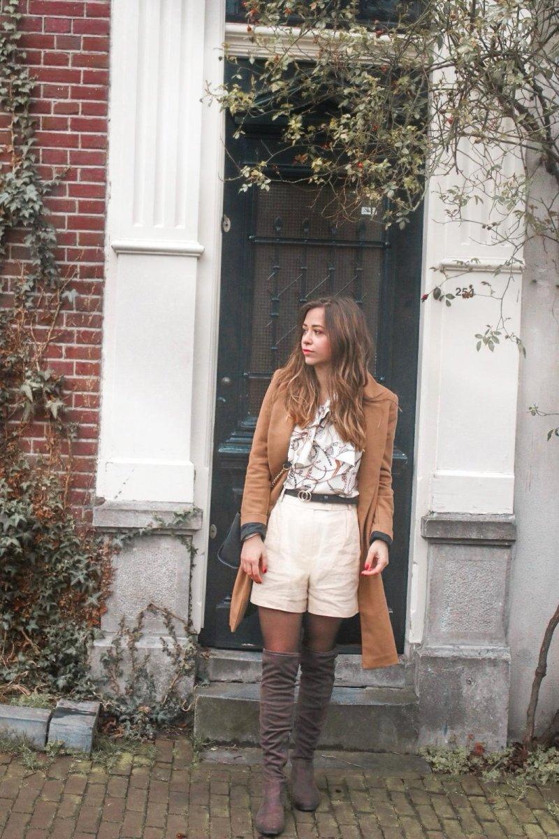 Frühlingsoutfit – Scarf Print, Goldene Shorts & brauner Mantel