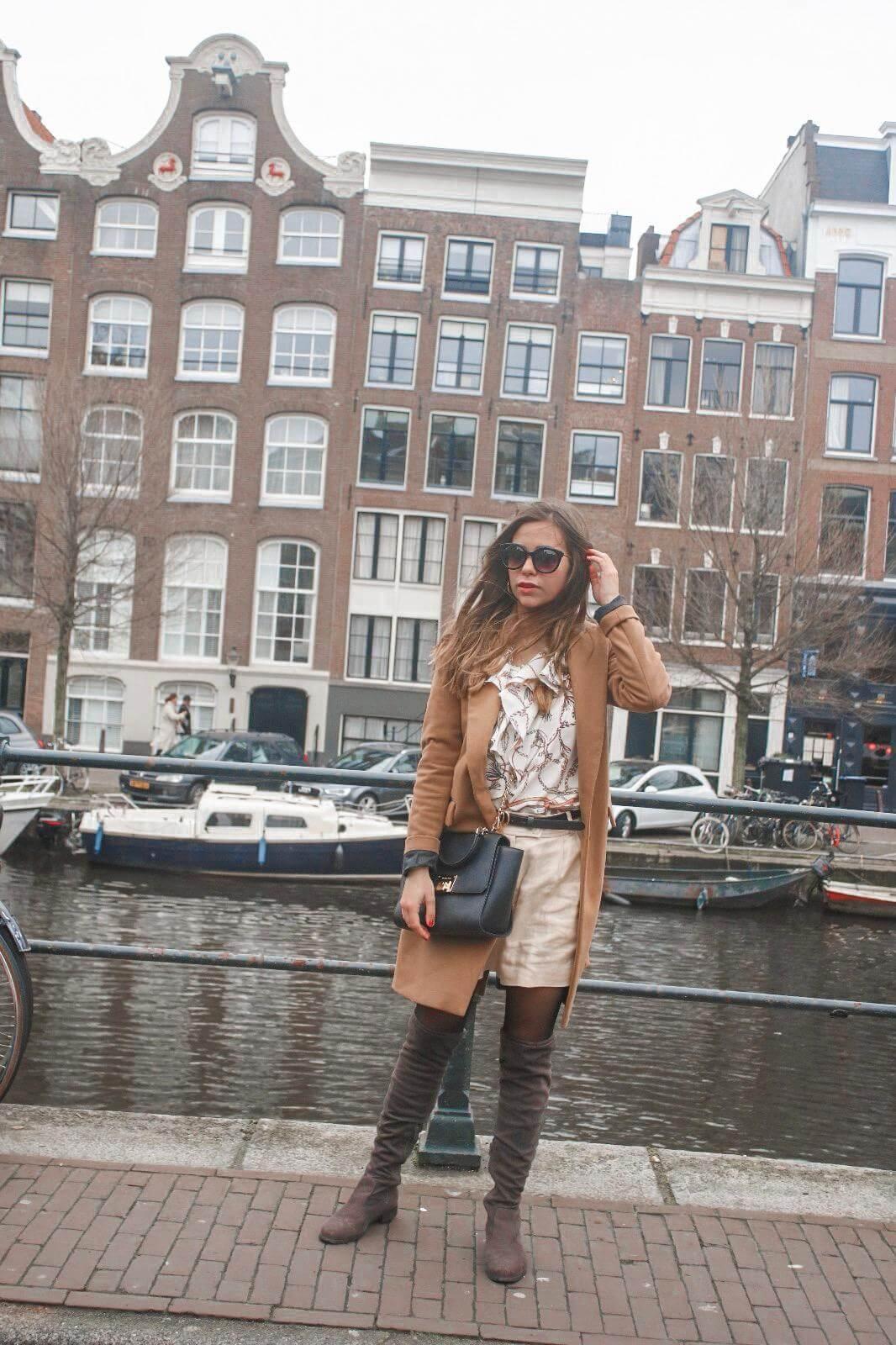 Frühlingsoutfit – Scarf Print, Goldene Shorts und Overknee Boots, brauner Mantel