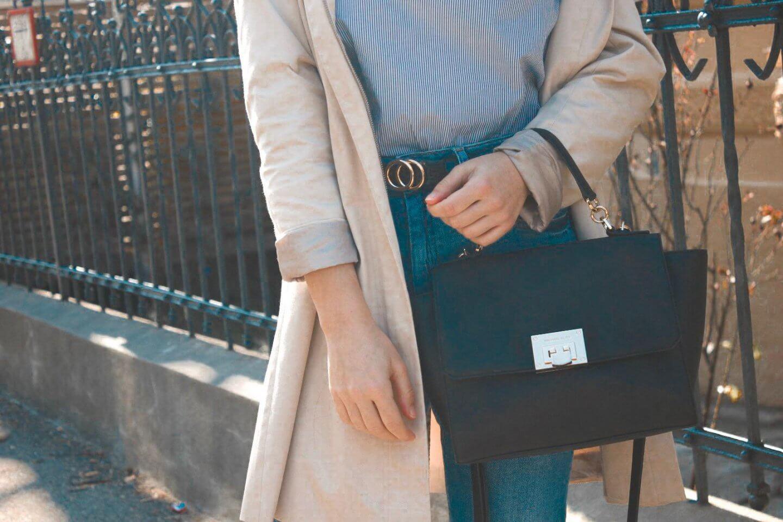 Outfit Inspiration – Ein Uni Look mit Streifenbluse, Jeans und Mantel