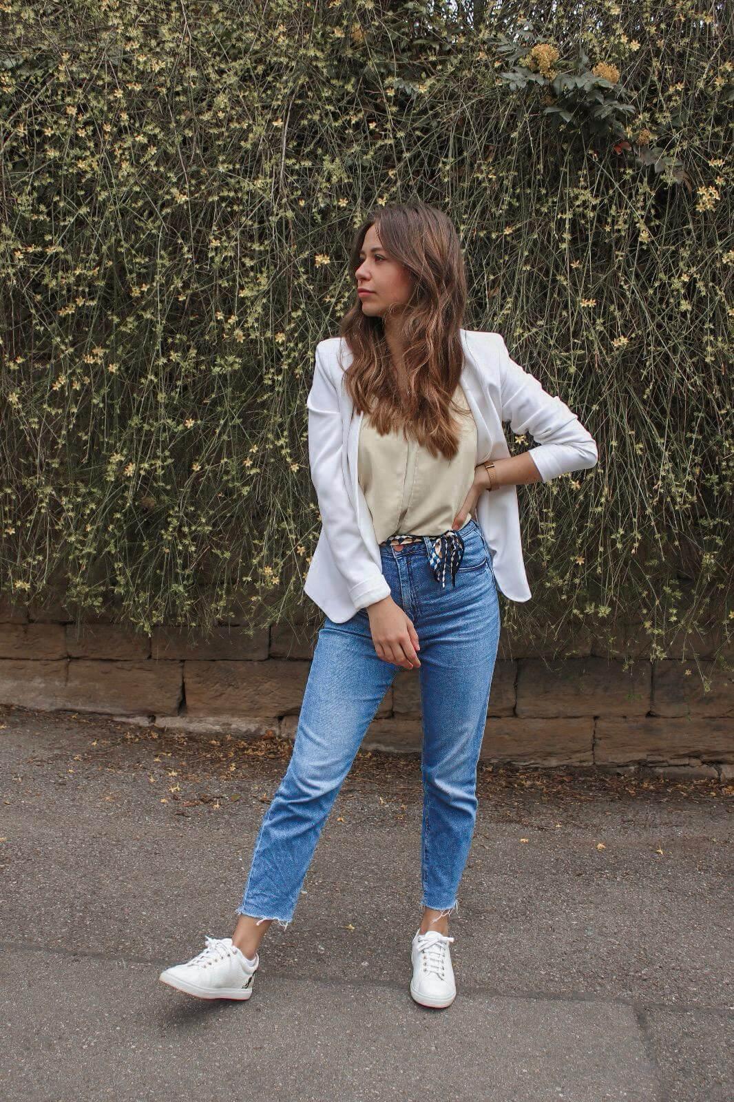 Wie kombinieren wir den Casual Chic Look ! Weißer Blazer, Jeans und Sneaker