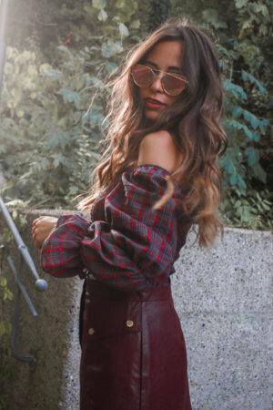 Outfit mit Lederrock und karierter Bluse – Lederrock in rot kombinieren
