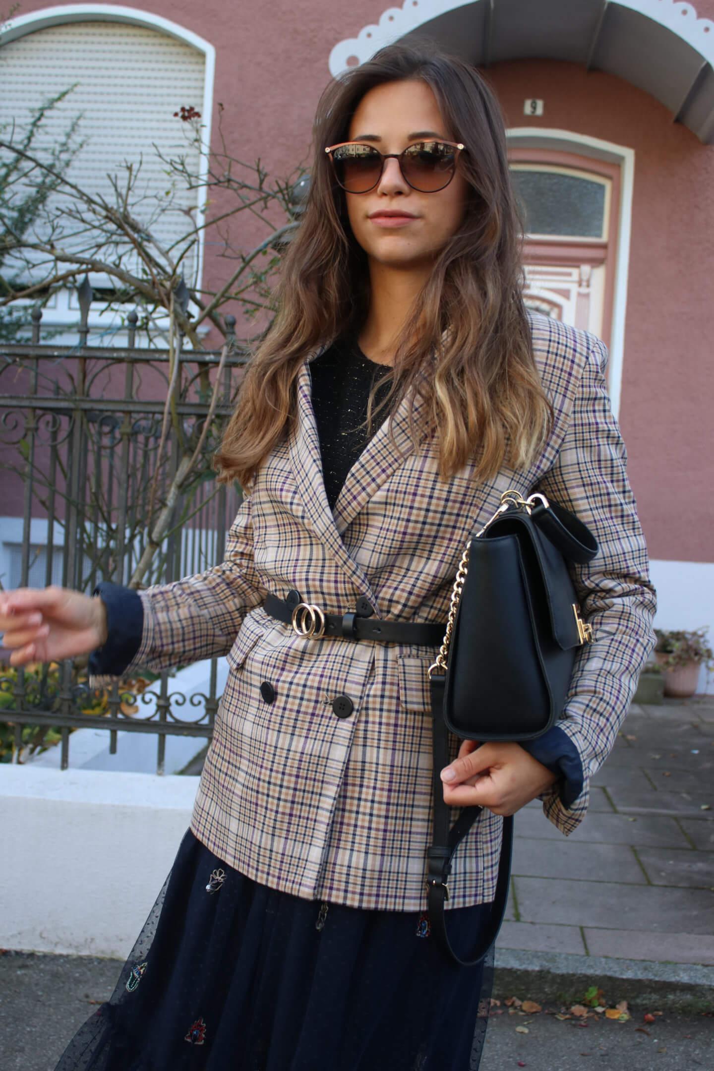 Herbst Outfit mit Midirock und kariertem Blazer in braun I Styling Tipps