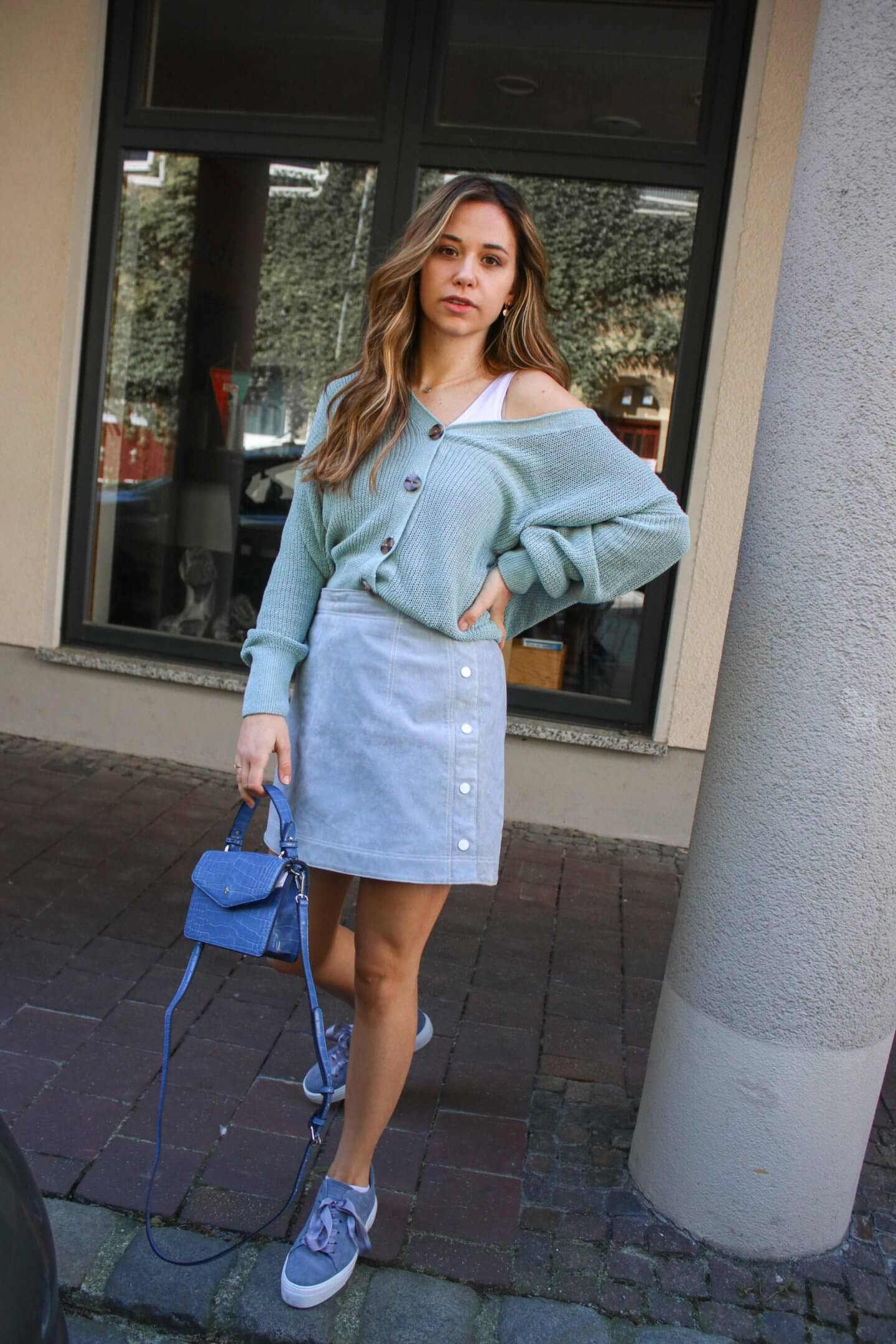 Outfit Inspiration mit Accessoires in der Trendfarbe Classic Blue