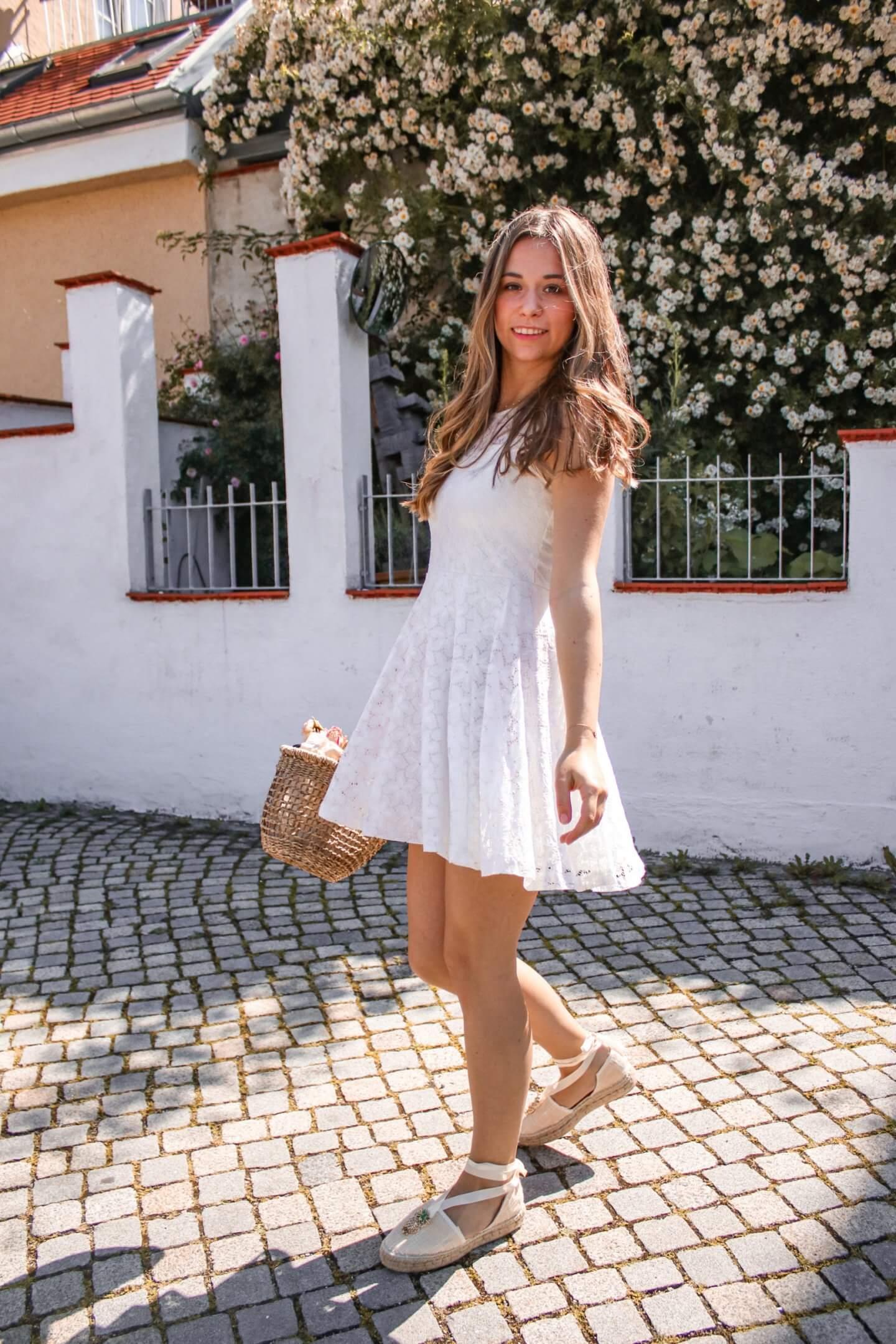 Diese weißen Sommerkleider sind perfekt für den Sommer 2020 und hier gibt es sie im SALE!