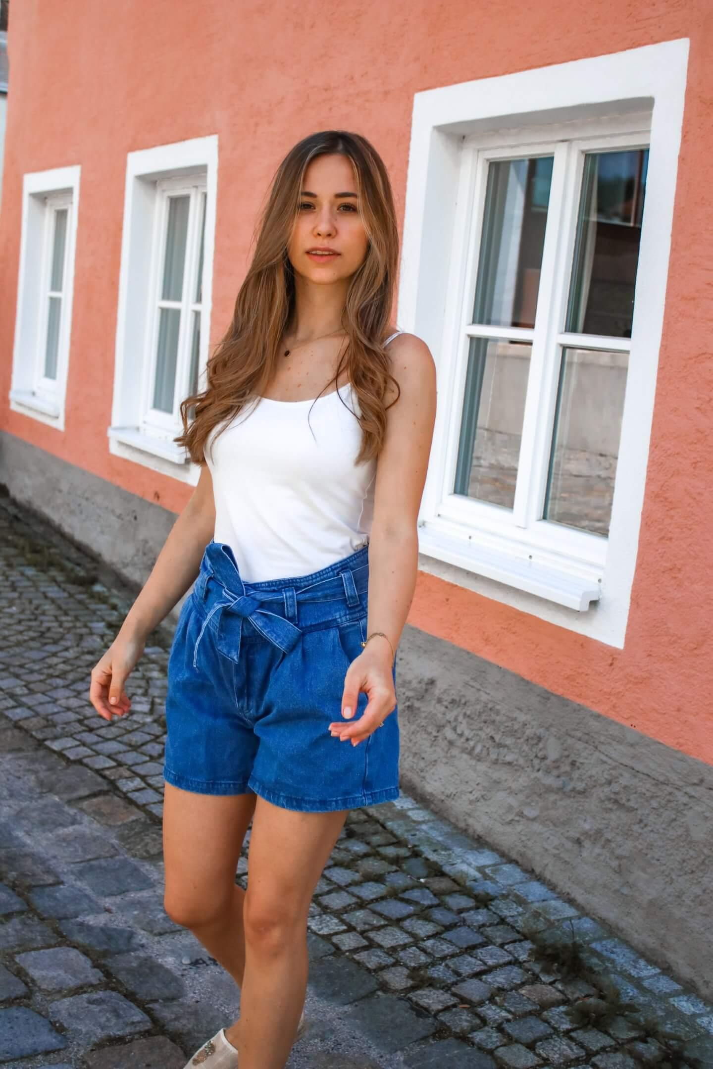 In dieser Kleidung siehst du sofort schlanker aus – 3 Shorts Styles für schlanke Beine