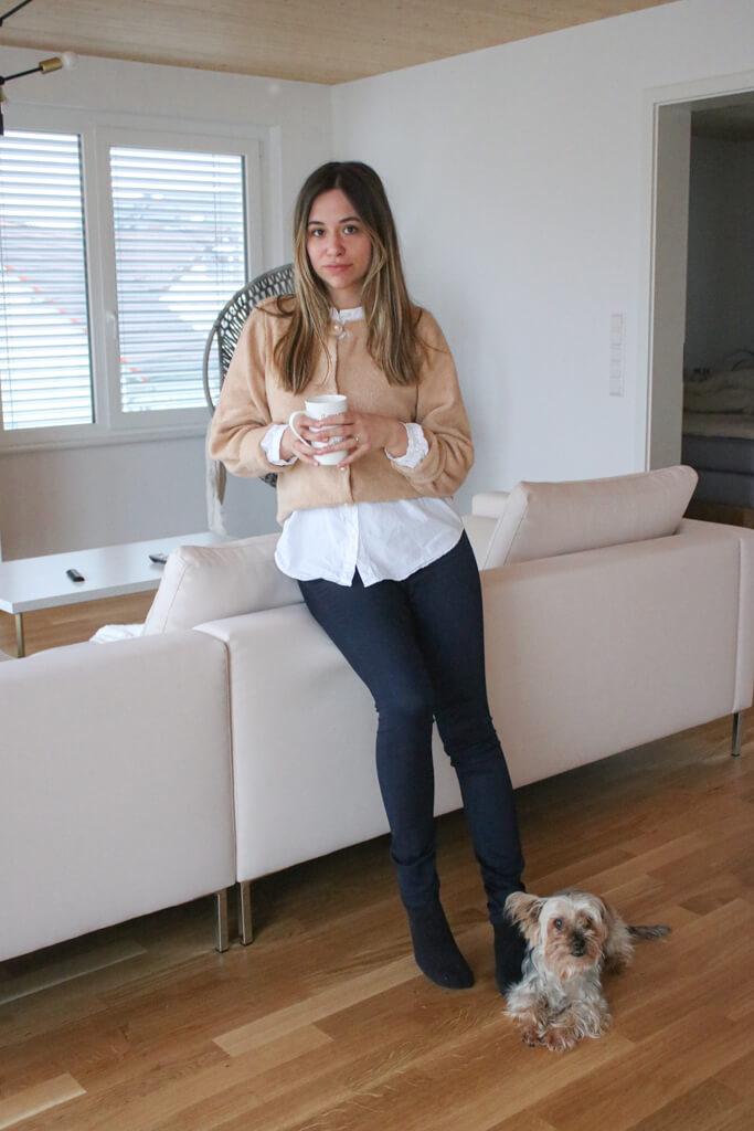 Business Outfit – Strickjacke mit Perlenknöpfen und Hemd Layering