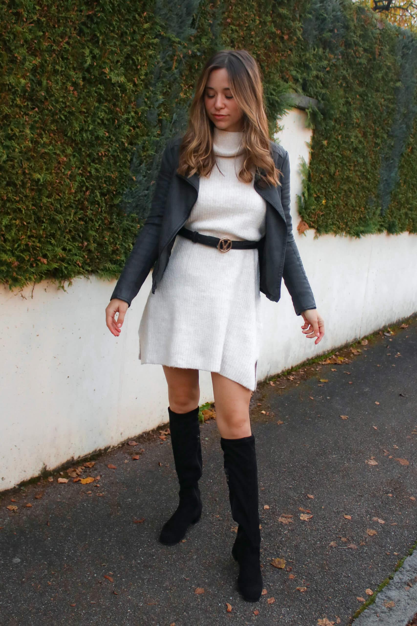 Outfit mit Strickkleid, Lederjacke und Overknees