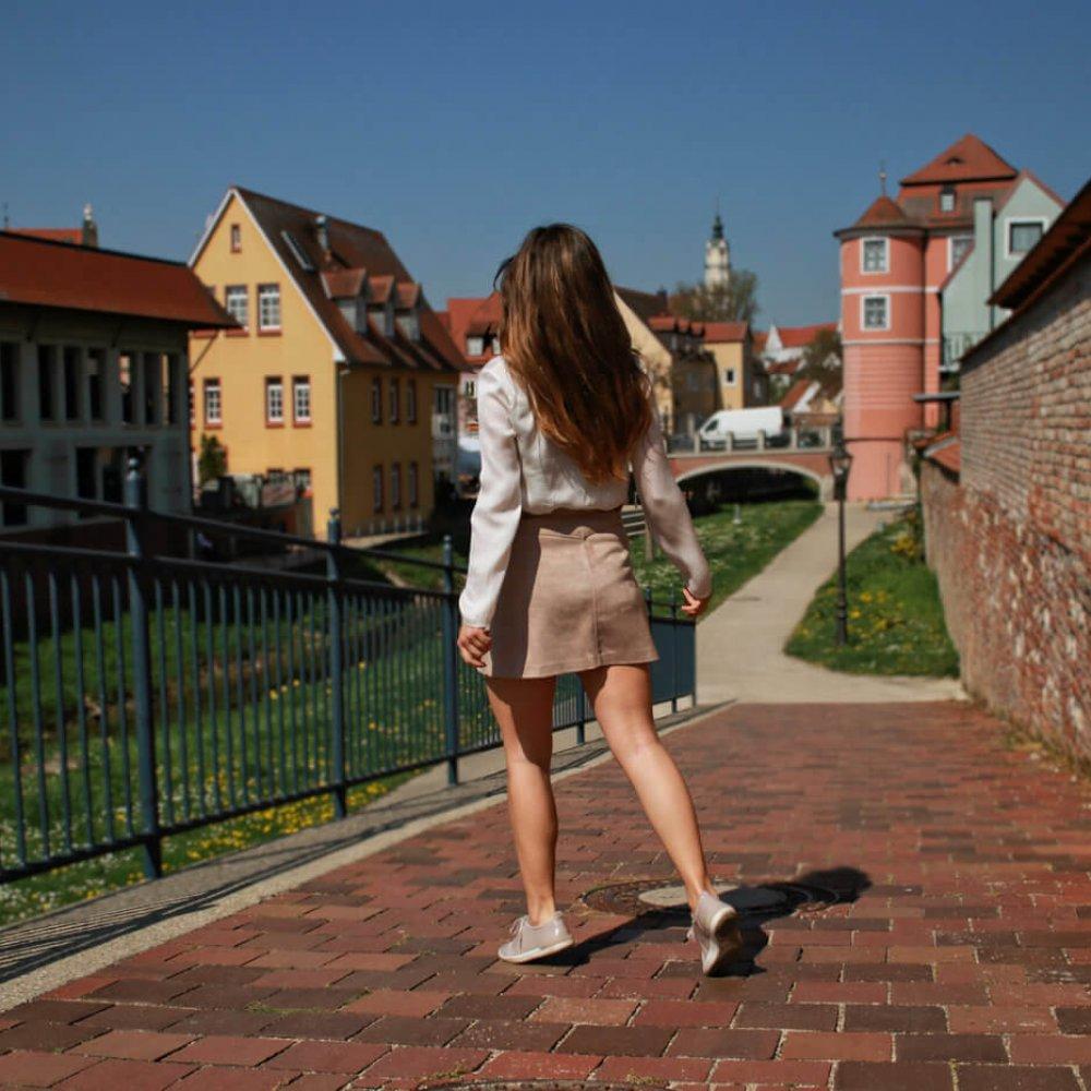 beiger kurzer Rock mit Knopfleiste kombinieren brauner rock cremefarbene bluse blogger styling tipps mode blog fashion blog deutschland bavaria münchen style travelblogger city