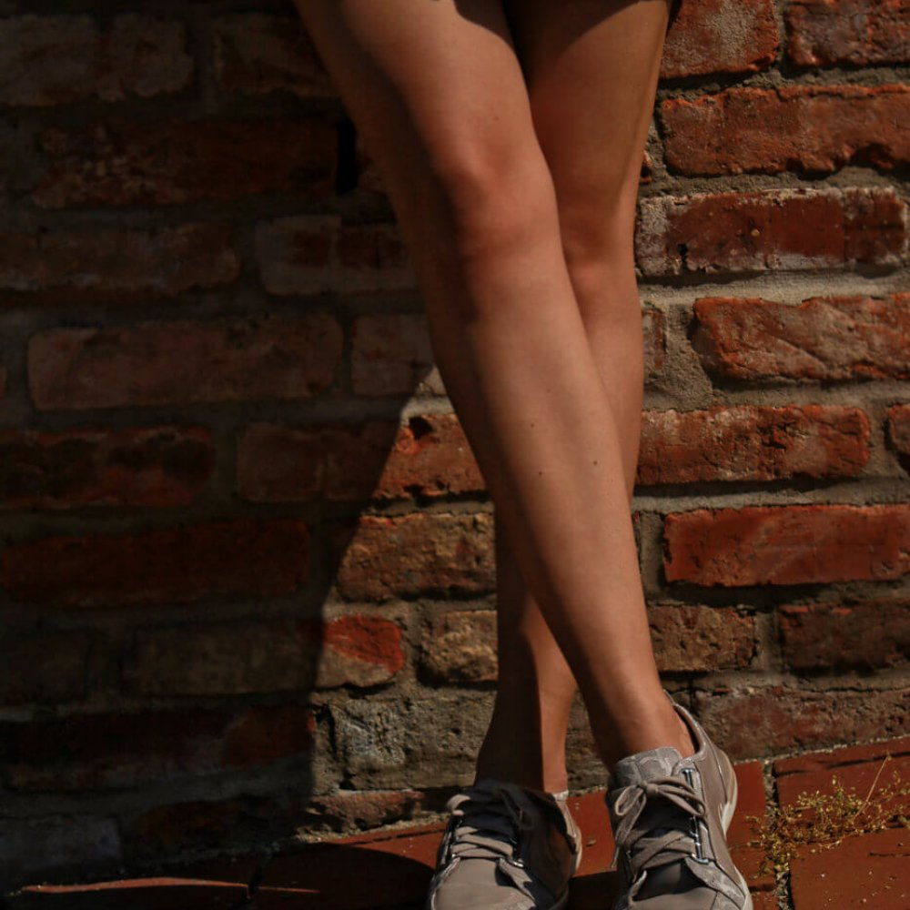 kurzer beiger brauner rock beine calvin klein schuhe blogger fashion outfit