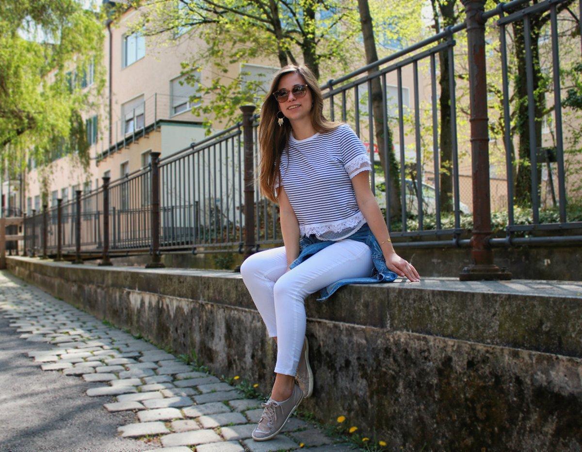 maritimer Look marine stil style gestreift streifen weiß navy shirt jeansjacke weiße hose outfit lookbook blogger deutschland 2018